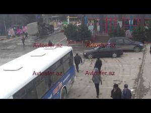 Bakıda avtobus aşıb insanlara ŞOK yaşatdı – YENİ VİDEO
